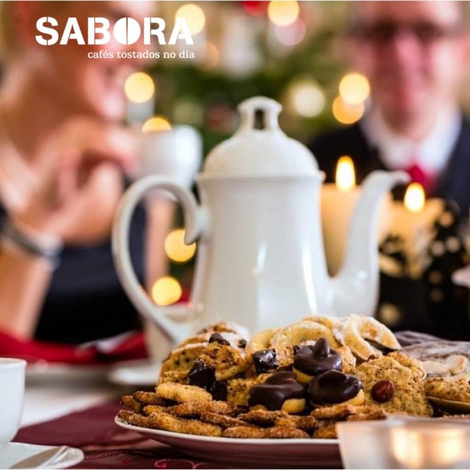 Cafeteira no centro da mesa en Nadal