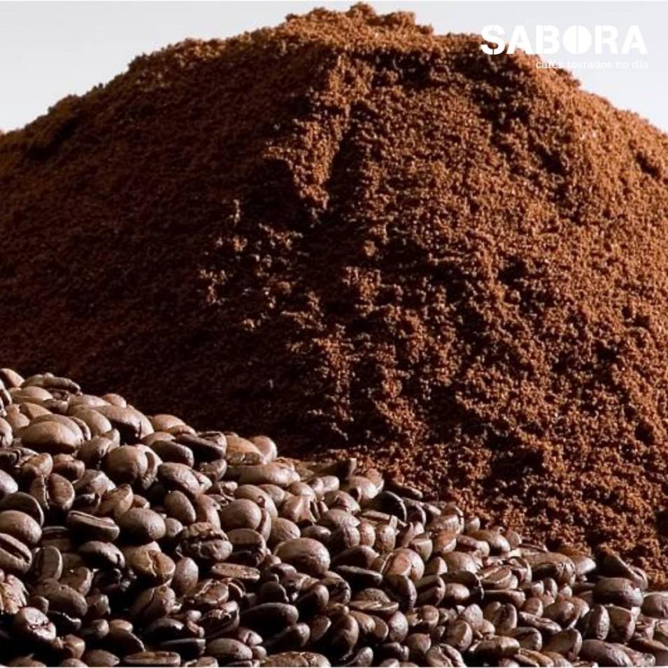 Pequenos montóns de café moído e café en gran