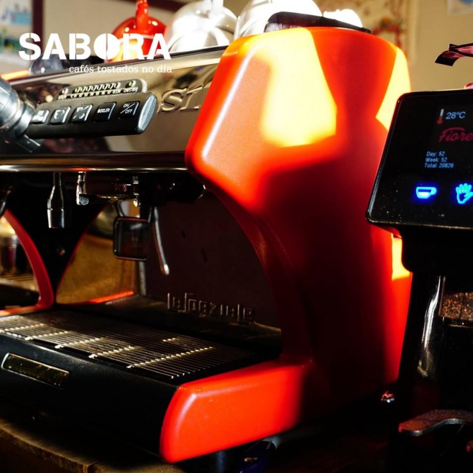 Máquina y molinillo profesionales de café expreso