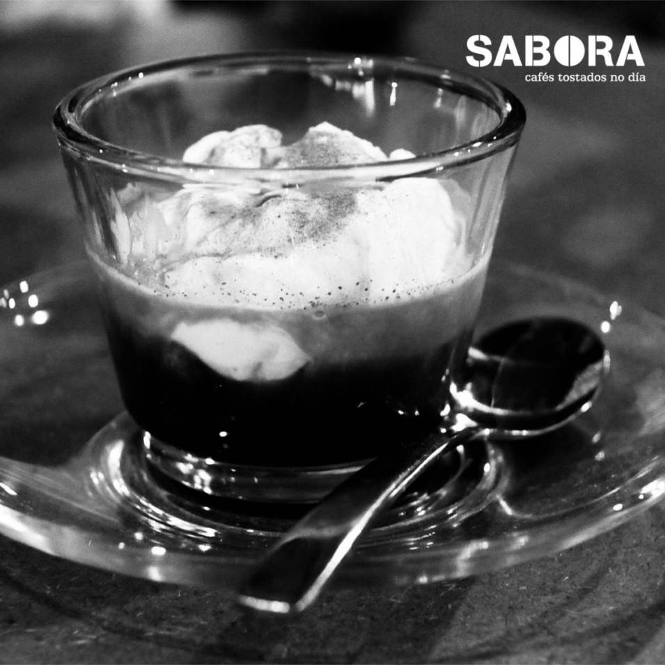Café affogato en taza de cristal.