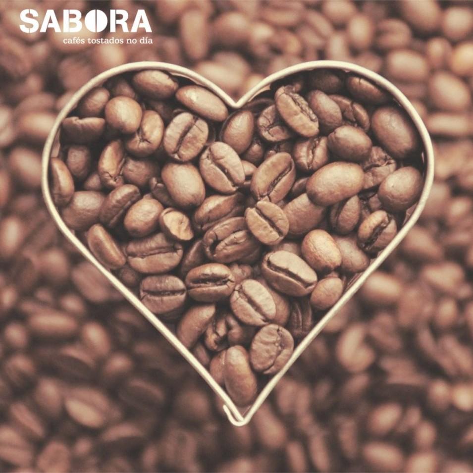 Granos de café en molde con forma de corazón