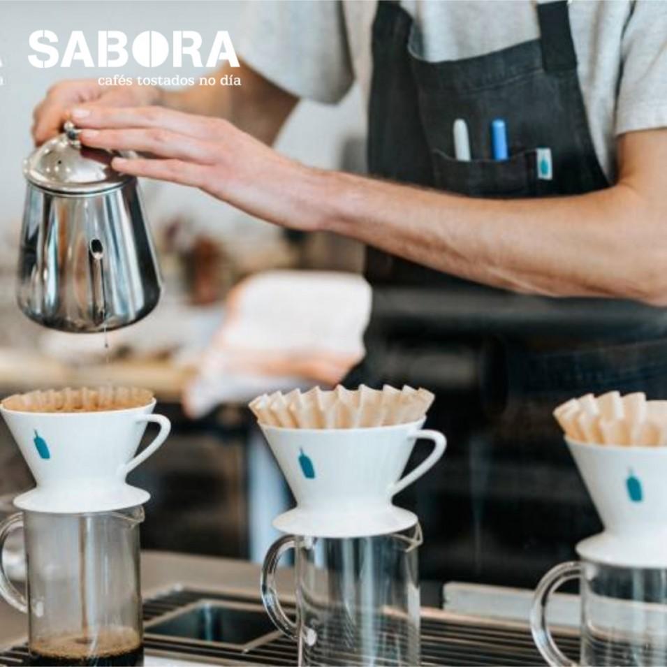 Barista haciendo café Filtrado.