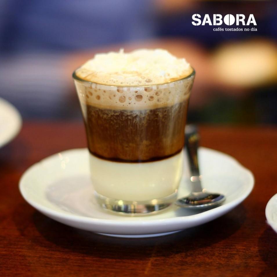Café Bombón en vaso de vidro