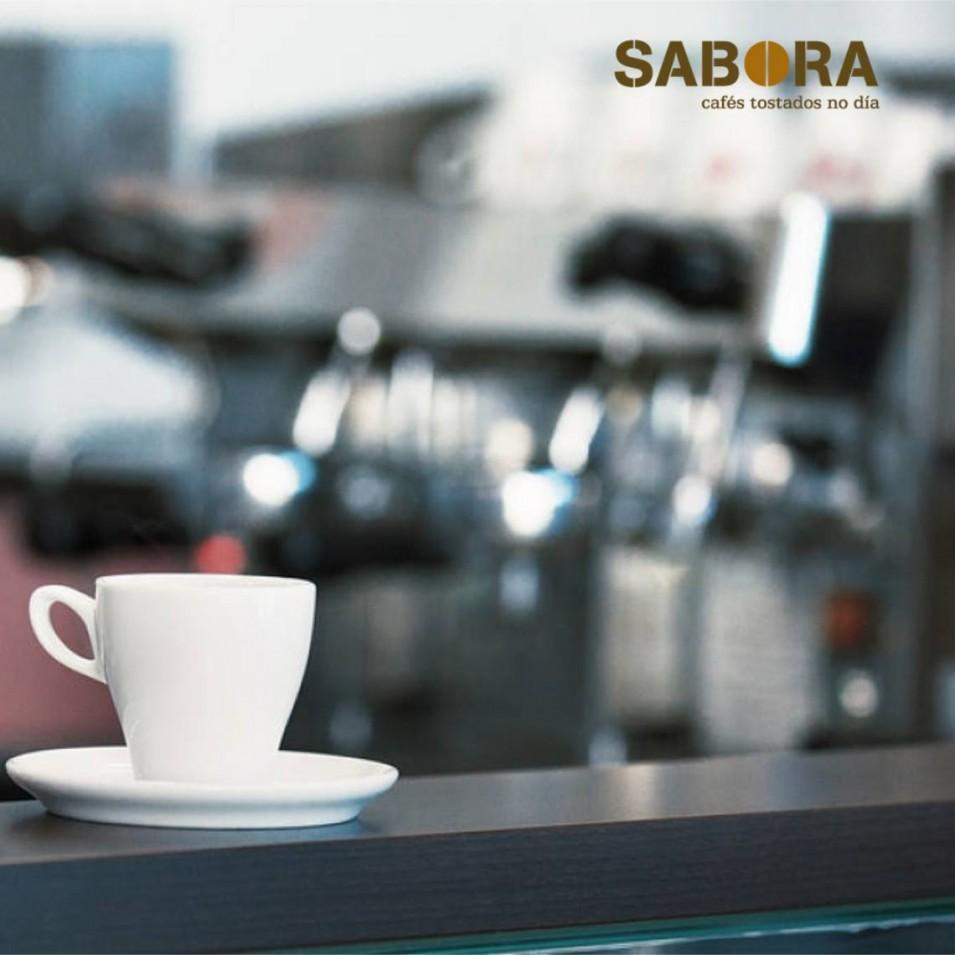 Café recentemente servido na barra dun local de hostalería.