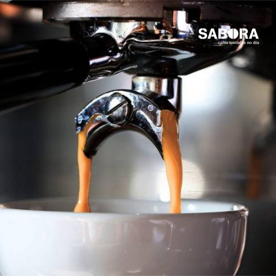 Haciendo café expresso en una maquina de café Exprés