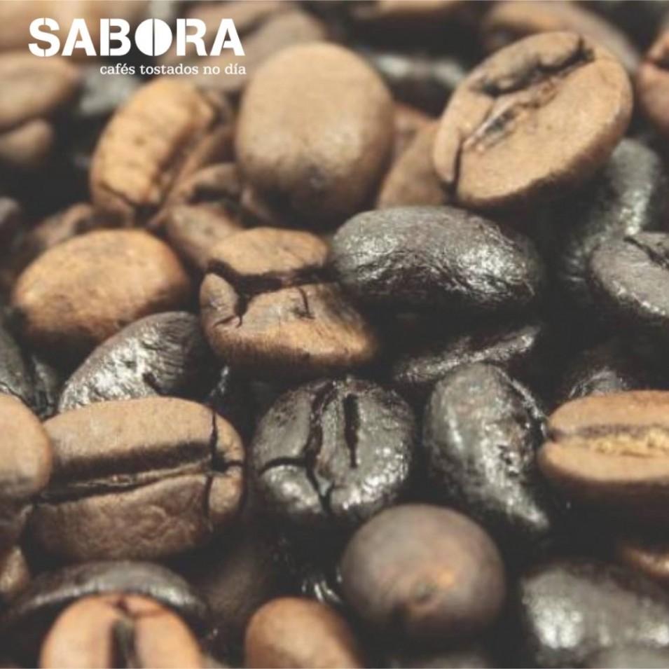 Grans de café natural e café  torrefacto