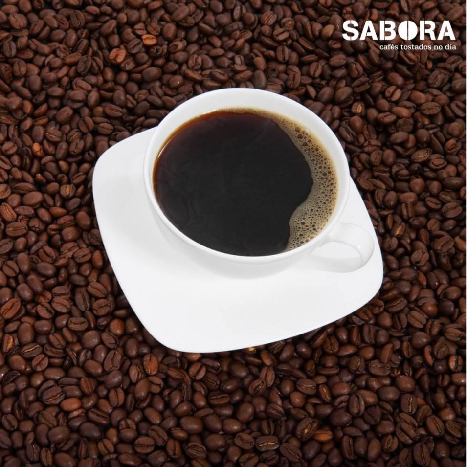 Café solo sobre granos de café