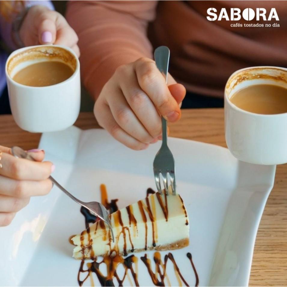Compartindo sobremesa e café no restaurante