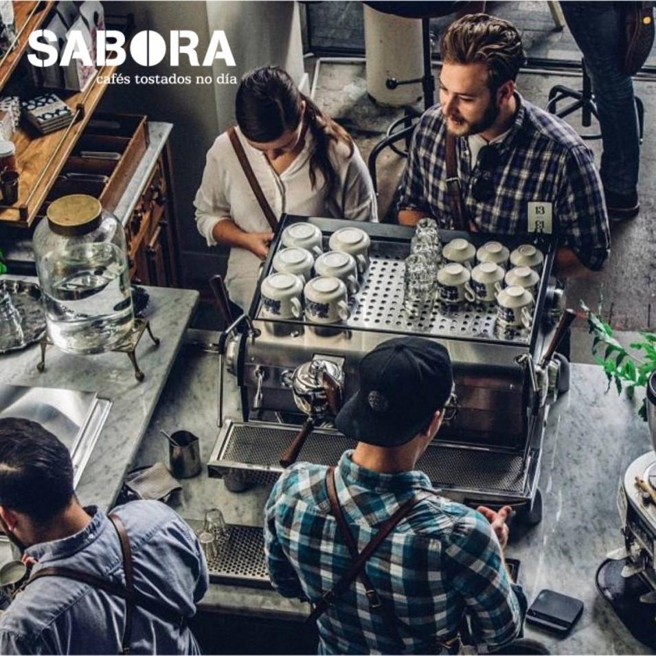 Millennials pedindo café gourmet en cafetería de 3ª xeración