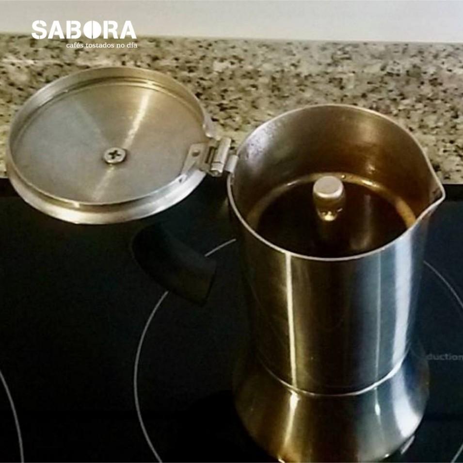 Facendo café con cafeteira moka ou italiana