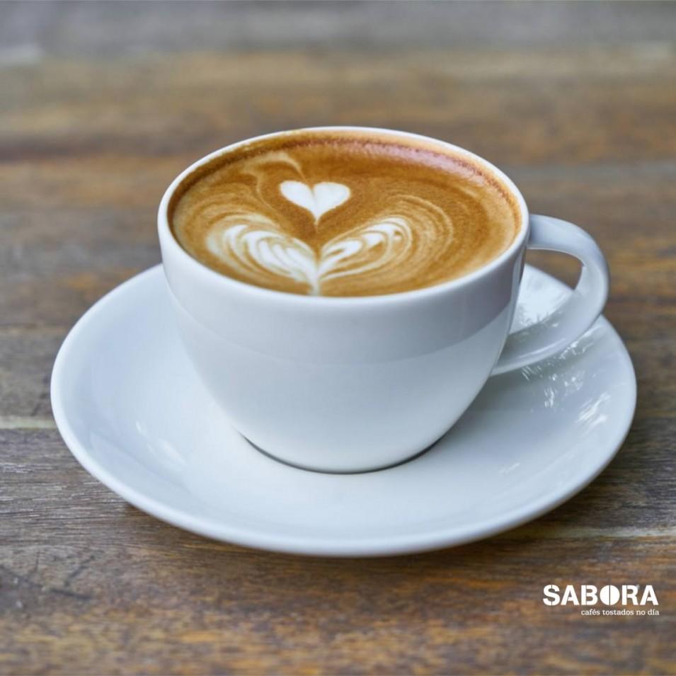 Taza de café con leche con latte art