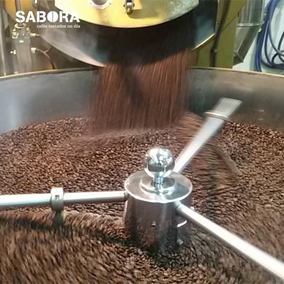 Torrando café no obradoiro de cafés Sabora.