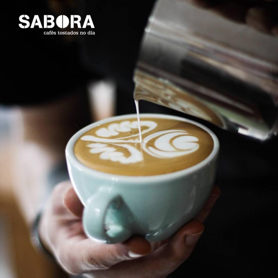 Dibujar en el café por el método de vertido