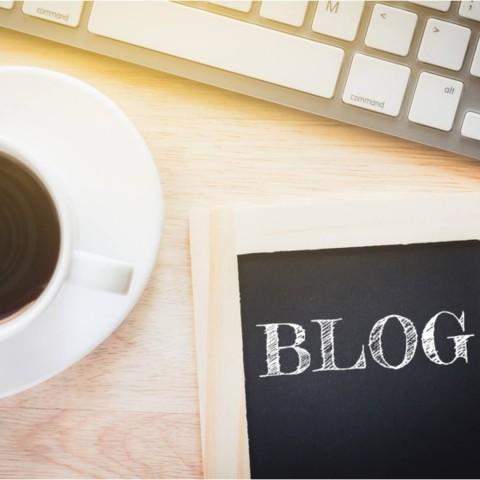 Café, blog y teclado de ordenador.
