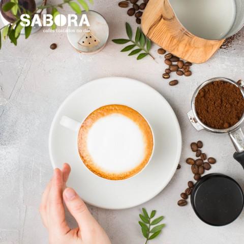 Taza con un cappuccino tradicional