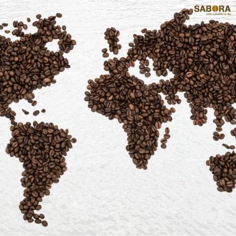 Granos de café formando un mapa de los cinco continentes