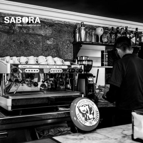 Máquina de café expreso en local de hostalería