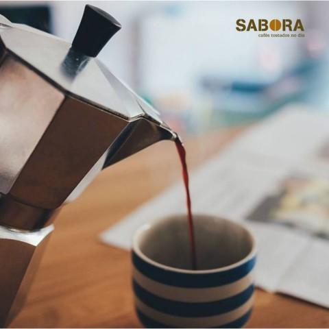 Servindo un bo café en cafeteira italiana